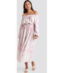 na-kd trend tie dye off shoulder midi dress - pink