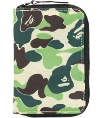 a bathing ape® camouflage zipped wallet - green
