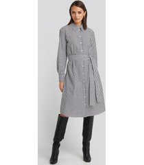 na-kd classic belted midi shirt dress - white,grey