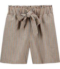 långa, randiga shorts