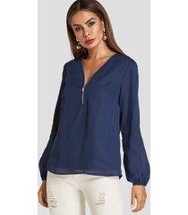 blusa de manga larga con cuello de pico azul marino y forro