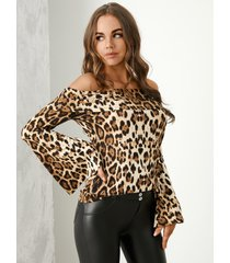 blusa de manga acampanada con hombros descubiertos y leopardo