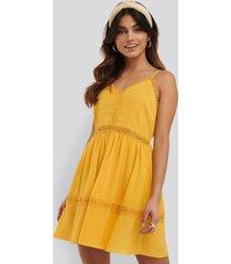na-kd boho lace insert flowy mini dress - yellow