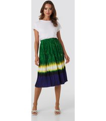na-kd trend tie dye print pleated midi skirt - green