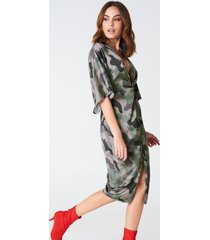 hannalicious x na-kd satin kimono slit dress - green