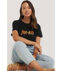 na-kd t-shirt med na-kd-tryck - black