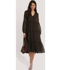 trendyol klänning med veckad detalj - brown
