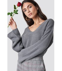dilara x na-kd v neck knitted sweater - grey
