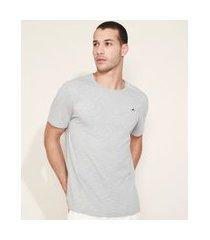 camiseta masculina com bordado manga curta gola careca cinza mescla claro