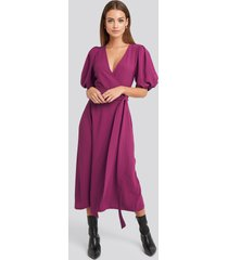 na-kd puff sleeve wrap midi dress - pink
