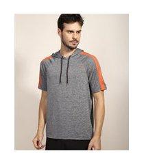 camiseta masculina esportiva ace com faixa lateral e capuz manga curta cinza mescla escuro