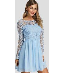 mini vestido sin espalda con cuello redondo y mangas largas con inserción de encaje azul