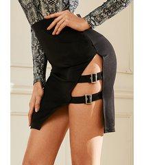 falda de dobladillo con hebillas negras y hebillas