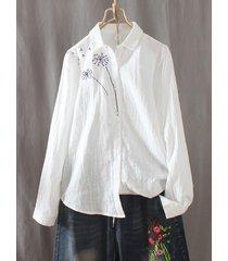camicetta bianca a maniche lunghe con bottoni ricamati a fiori casual