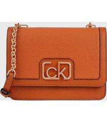 cartera ck signature flap shoulder bag marrón calvin klein