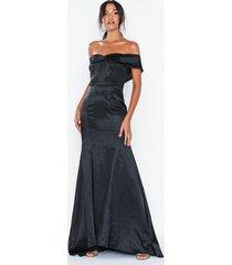 dolly & delicious bardot satin maxi dress with train maxiklänningar