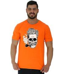 camiseta tradicional gola redonda alto conceito caveira de cachimbo e cabelo grisalho laranja - kanui