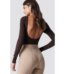na-kd basic deep back body - brown