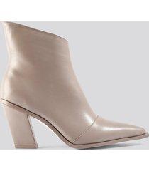 na-kd shoes slanted heel toe detail boots - beige