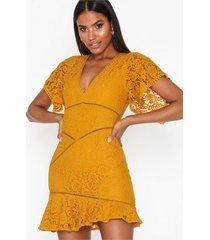 love triangle stay gold mini dress fodralklänningar
