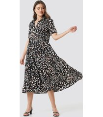 na-kd boho collar printed midi dress - black