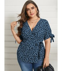 blusa de manga corta con diseño de abrigo de leopardo con cuello en v de yoins plus size