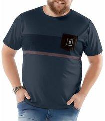 camiseta estampa listras e bolso plus no stress azul marinho - kanui