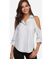 blusa de manga larga con hombros descubiertos y lunares blanca