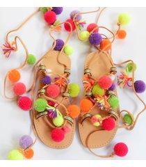 rzymianki, kultowe sandały z pomponami.