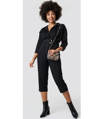 na-kd trend front pockets belted jumpsuit - black