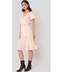 na-kd boho smocked shoulder belted frill dress - pink