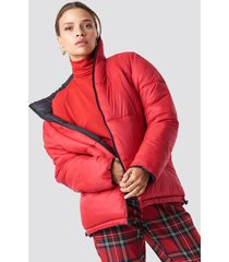 na-kd contrast puffer jacket - black,red
