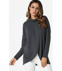 camiseta gris con cuello alto y diseño cruzado en el frente