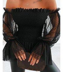 blusa de manga larga con hombros descubiertos y malla negra