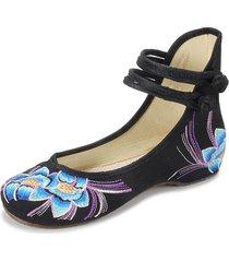 scarpe basse slip-on con in riamo floreale con stile folcloristico