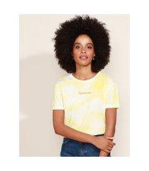 """blusa de moletinho feminina estampada tie dye optimism"""" manga curta decote redondo amarela"""""""
