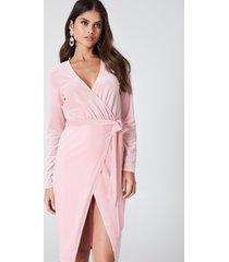 kristin sundberg for na-kd velvet midi dress - pink