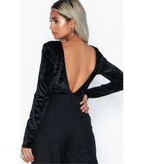 nly trend scoop back velvet body bodys