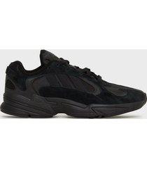 adidas originals yung-1 sneakers svart