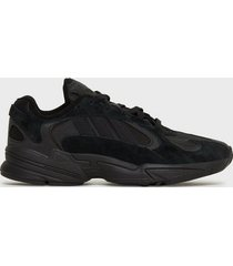 adidas originals yung-1 sneakers svart