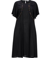 klänning i ren bomull med brodyr