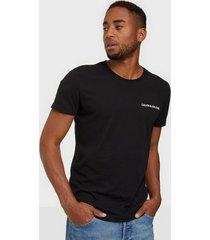 calvin klein jeans chest institutional slim tee t-shirts & linnen svart