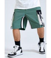 pantalones cortos con bolsillo lateral con estampado de letras y empalme en bloque de color para hombre carga