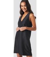 na-kd party straight v-neck mini dress - black