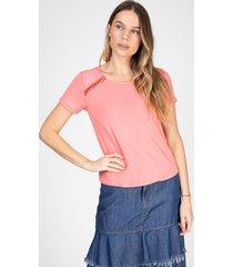 blusa t-shirt bloom detalhe ombros cor rosa antigo - kanui