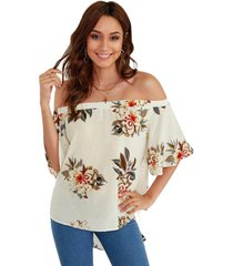 blusa con mangas acampanadas y hombros descubiertos con estampado floral blanco