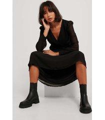 na-kd midiklänning i chiffong med omlott fram - black