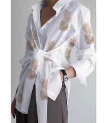 blusa de manga larga con cuello clásico y diseño de amarre