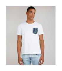 camiseta masculina com bolso estampado de folhagens manga curta gola careca off white
