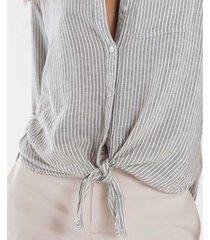 camisa a rayas bajo anudado